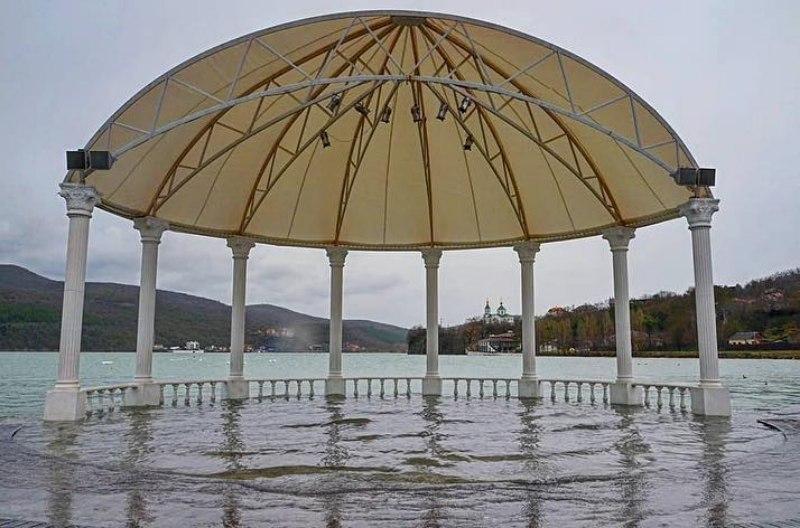 Озеро Абрау-Дюрсо вышло из берегов