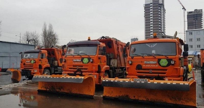 На Краснодар надвигается снегопад: спецтехника ждет удара стихии