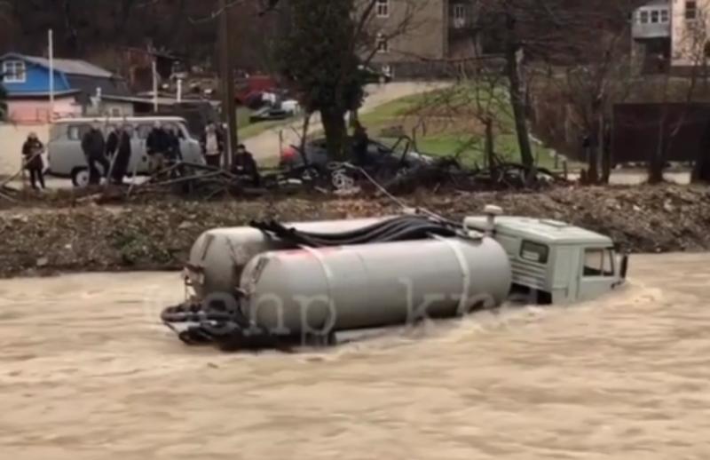 «КамАЗ» ассенизаторов застрял в реке под Геленджиком