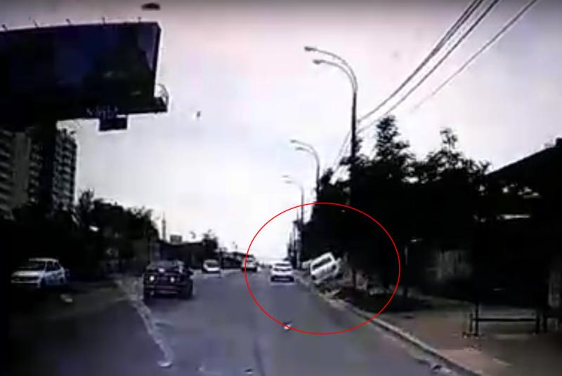 Водитель на своей машине в Краснодаре снес дерево, врезался в забор и скрылся с места ДТП