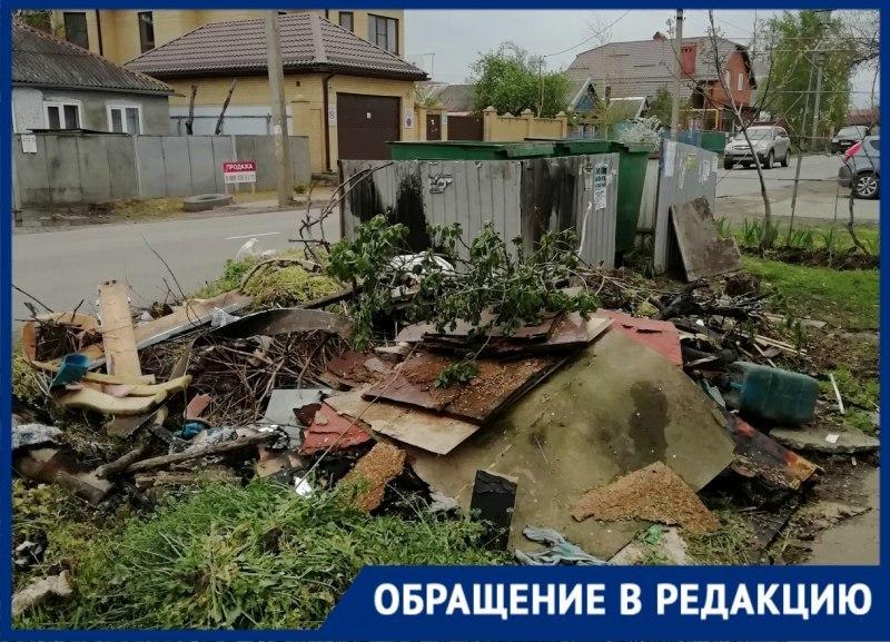«Мама каждый день разгребает мусор», - краснодарка пожаловалась на кучи отходов возле дома