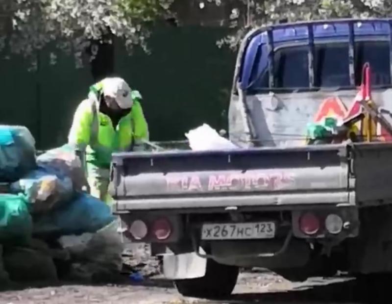 Строительный мусор рядом с баками выкинул неизвестный в Краснодаре