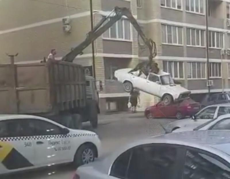 Беспощадный «эвакуатор» раздавил машину в Краснодаре