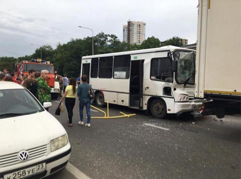 12 человек пострадали в ДТП с рейсовым автобусом и большегрузом в Краснодаре