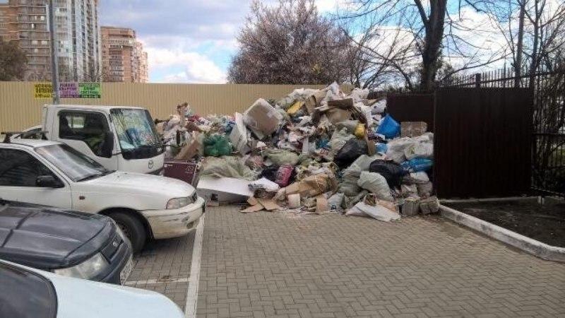 Жильцы многоэтажки в Краснодаре завалили мусором тротуар