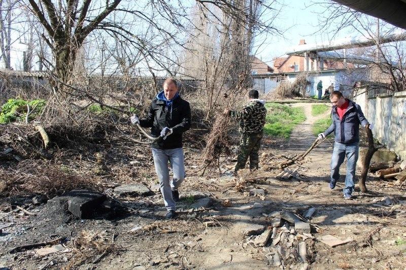 Краснодарские чиновники вышли на уборку центра города