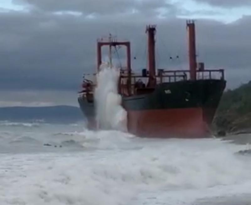 Шторм выбросил судно на берег возле Новороссийска