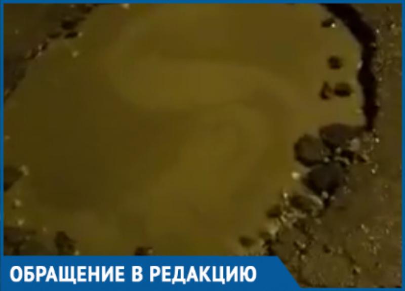Огромную яму на дороге в Краснодаре люди просят залатать уже несколько месяцев