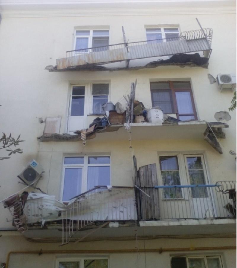 В новороссийске обрушился балкон жилого дома.