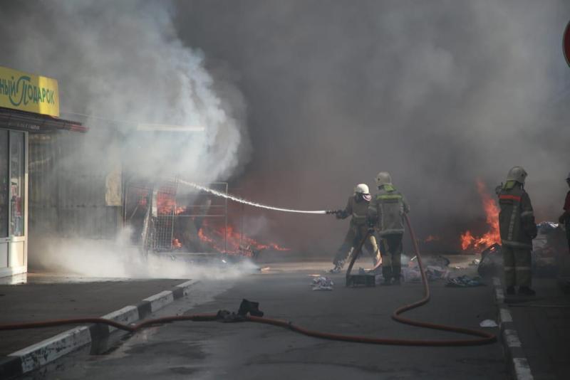 Крупный пожар произошел на рынке в Геленджике