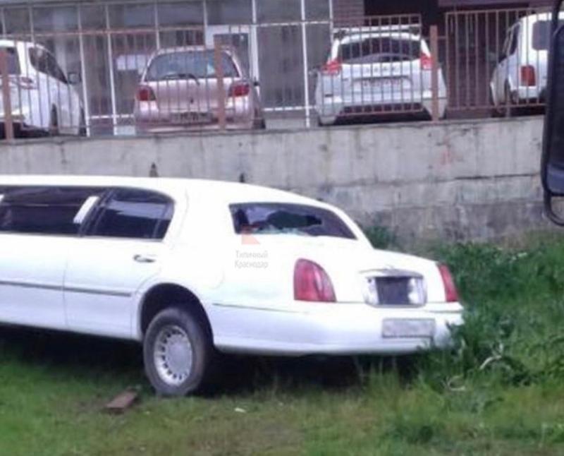 Брошенный во дворах разбитый лимузин пугает краснодарцев