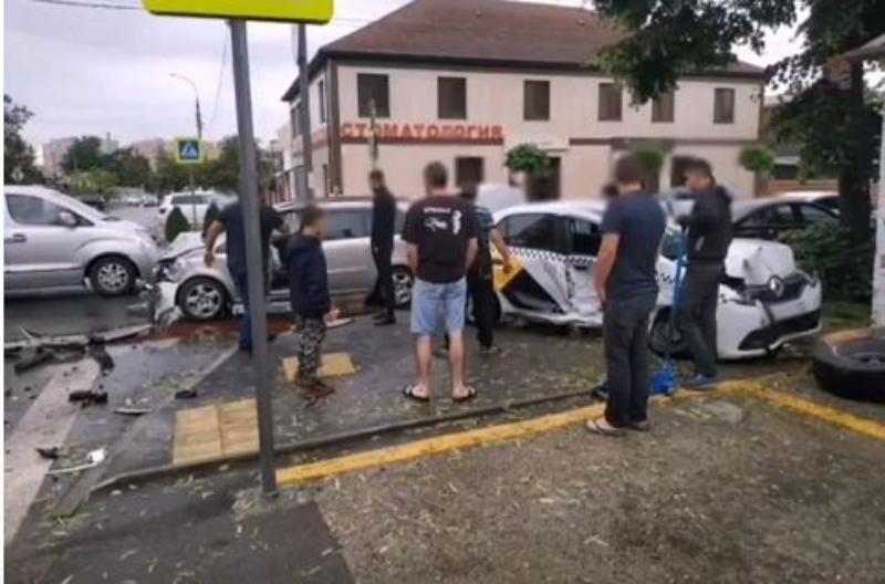 Водитель «Яндекс.Такси» попал в очередное ДТП в Краснодаре