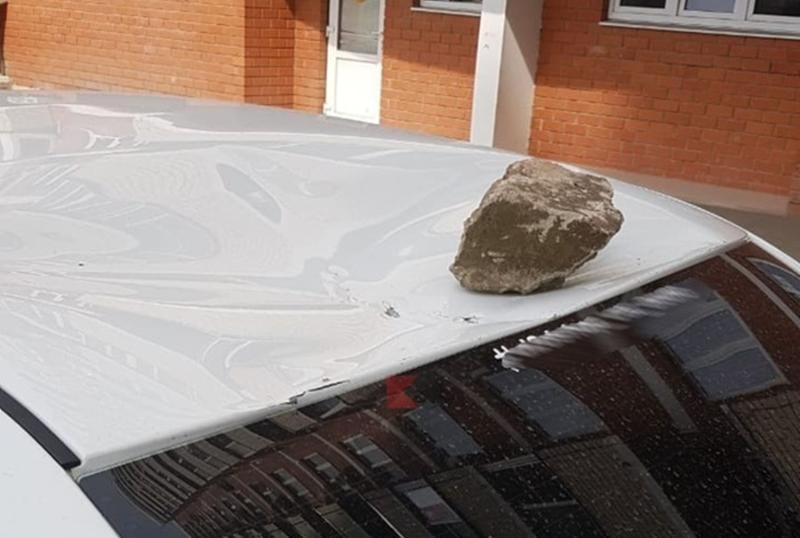 Вандалы в Краснодаре закидали автомобили камнями