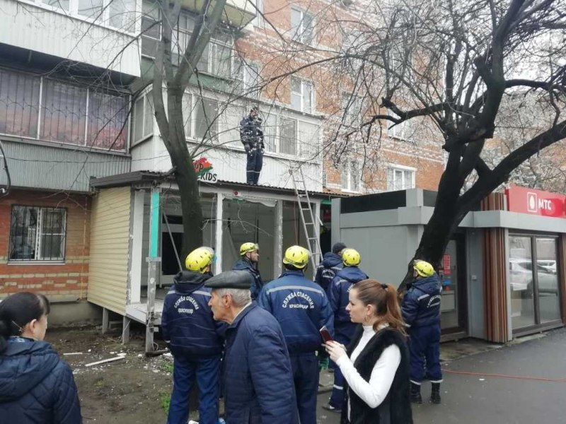 Незаконную пристройку к многоэтажке снесут в Краснодаре