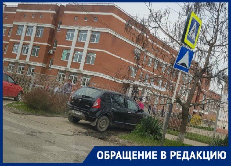 Автохамы паркуются на «зебре» возле краснодарской школы: мамы волнуются