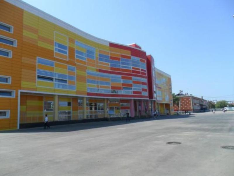 В краснодарской школе распылили газ: эвакуировали 1500 человек