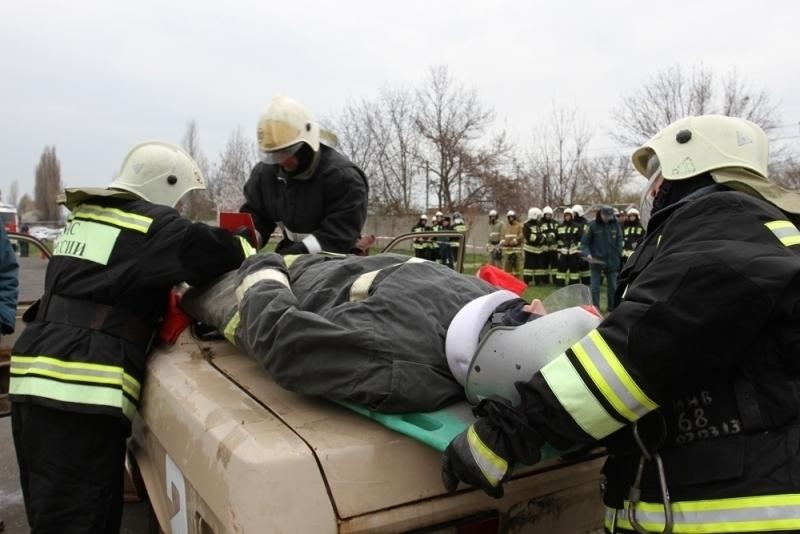 По пути на учения кубанские спасатели вытащили мужчину из горящего автомобиля