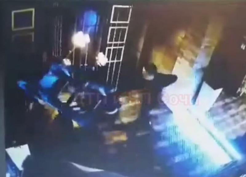 В баре Сочи произошла поножовщина: ранены трое охранников
