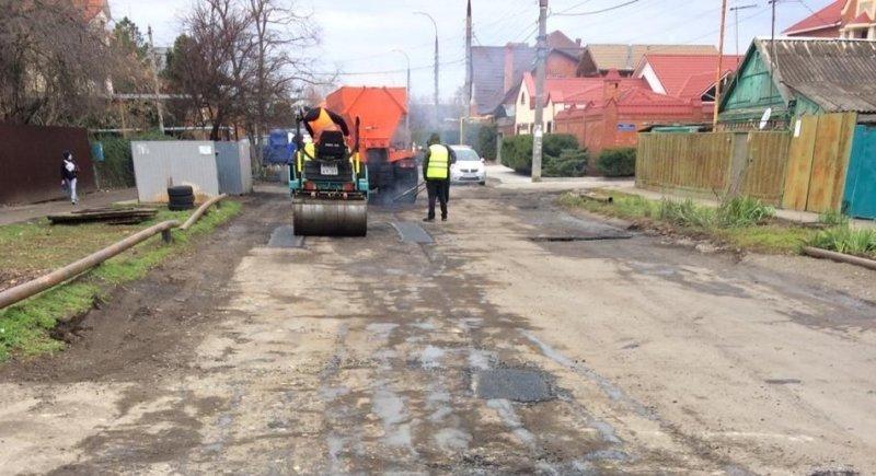 На дорогах Краснодара начали латать дыры