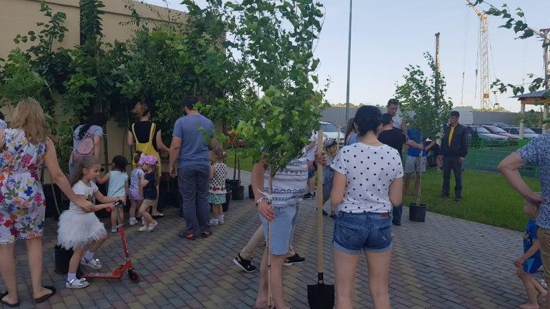 Компания АСК провела акцию «Посади дерево в своем дворе» вместе с жителями ЖК «Мечта»