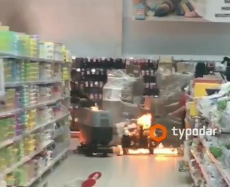 Пожар в краснодарском «Ашане»: эвакуировано 40 человек