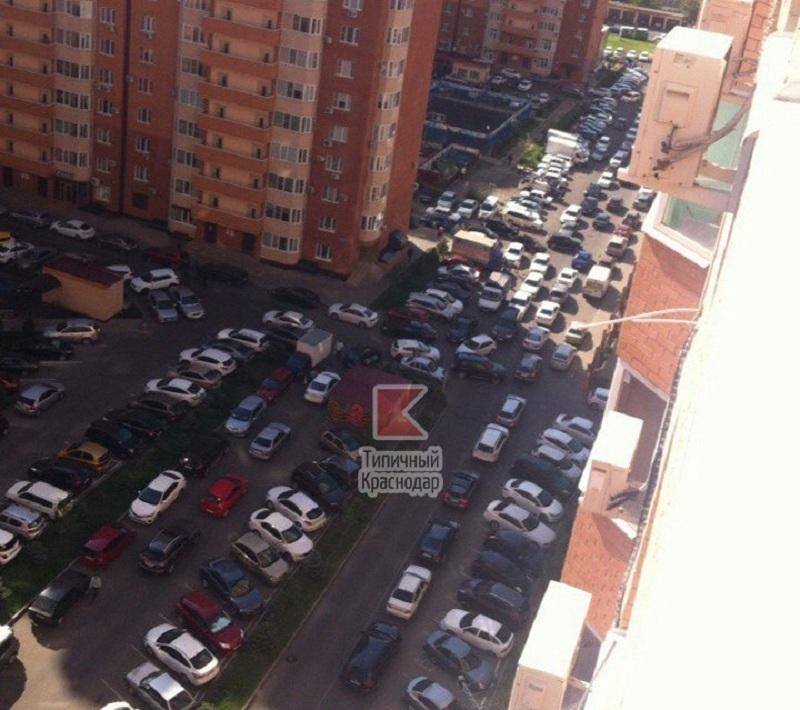 Краснодарцы просят не парковаться в их дворах из-за парка Галицкого