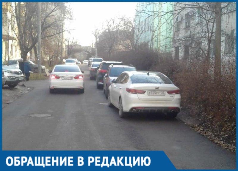 Припаркованные несмотря на знак машины парализовали движение улицы в Краснодаре