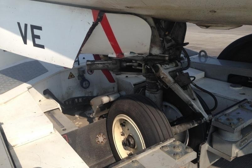 Самолет авиакомпании «Якутия» поломал шасси вовремя буксировки, пассажиров отправили резервным бортом