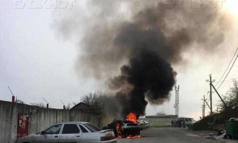 В Новороссийске прямо на дороге загорелась машина