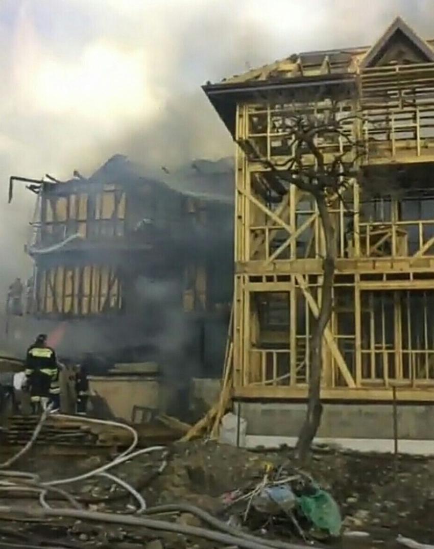 ВСочи навидео полыхает новый трехэтажный дом