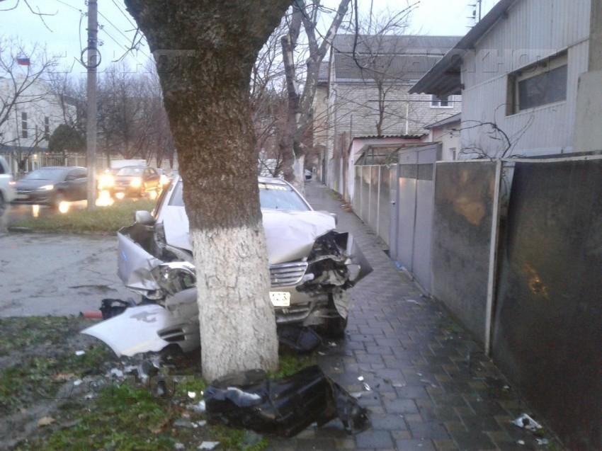 В Анапе пьяный водитель на скорости снес «Ауди» и врезался в дерево