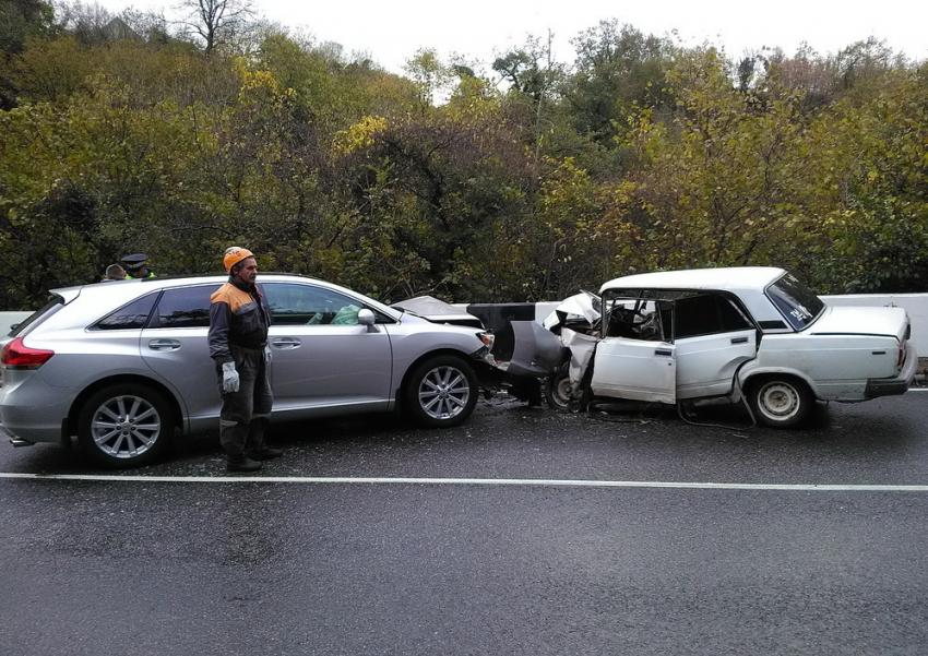 Сочинские cотрудники экстренных служб извлекли изавтомобиля 2-х пострадавших