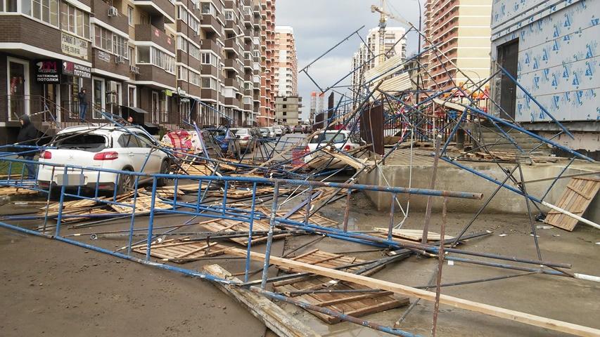 Ветер обрушил на шесть машин в Краснодаре строительную конструкцию