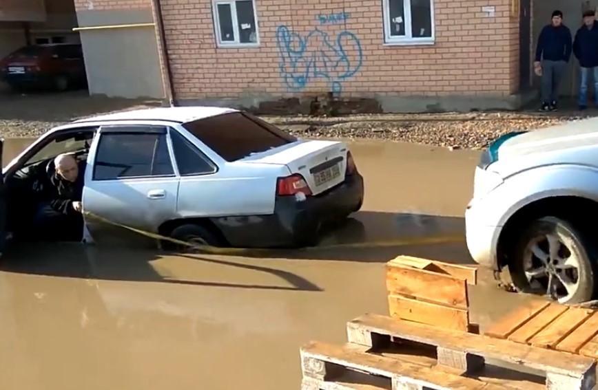 «Это точно столица Кубани?» - в Краснодаре в луже утонула машина