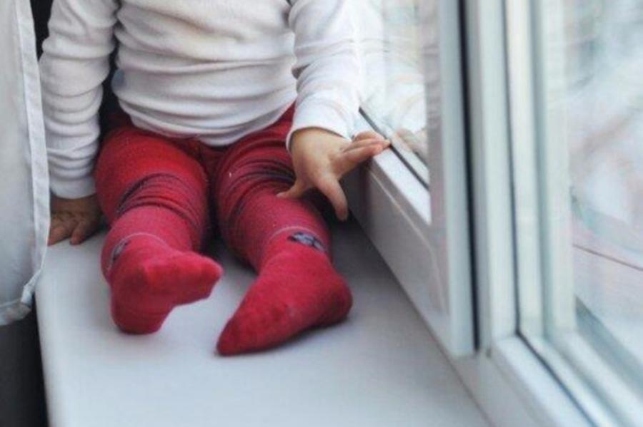 Двухлетняя девочка выпала из окна в Новороссийске