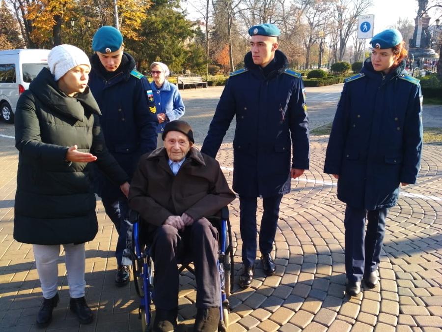 Старейшему жителю Краснодара показали, как изменился город