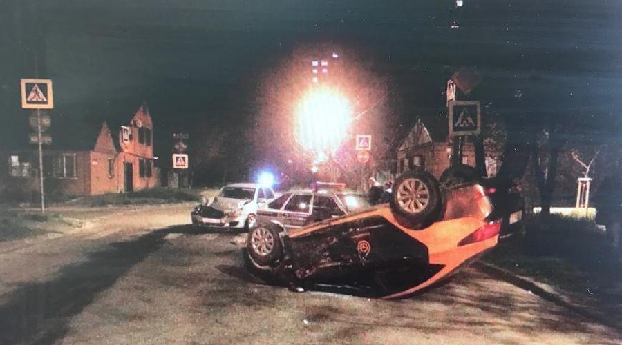 Автомобиль каршеринга попал в ДТП в Краснодаре и перевернулся