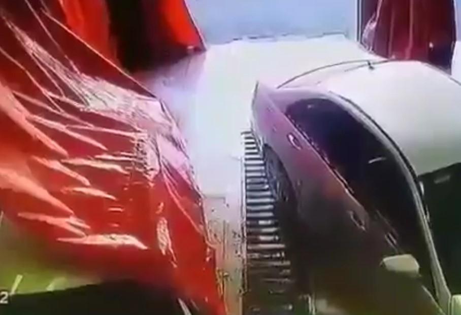 В машины и сотрудников краснодарской мойки на полном ходу врезался автомобиль