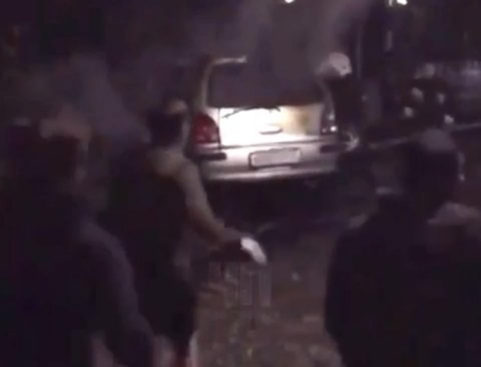Пожарные Краснодара едва успели убрать перед поездом сгоревшую машину