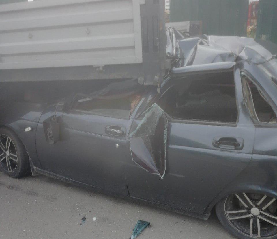 Легковушка влетела под грузовик в Краснодаре