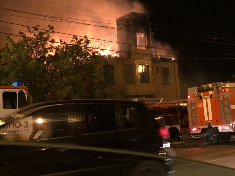 При пожаре на Мачуги в Краснодаре пострадали два жилых здания