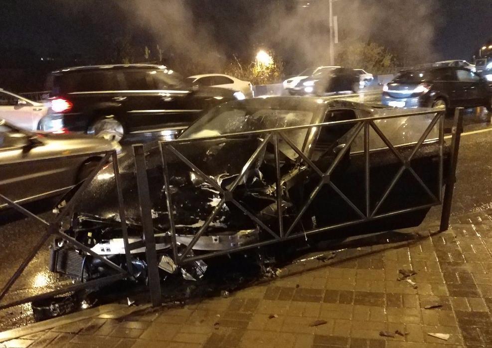 «Слезы по мужской щеке»: в Краснодаре разогнавшийся «Nissan GT-R» врезался в забор