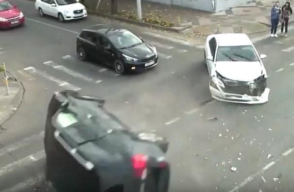 В Краснодаре проехавший на красный «Лэнд Крузер» зацепил «Камри» и перевернулся