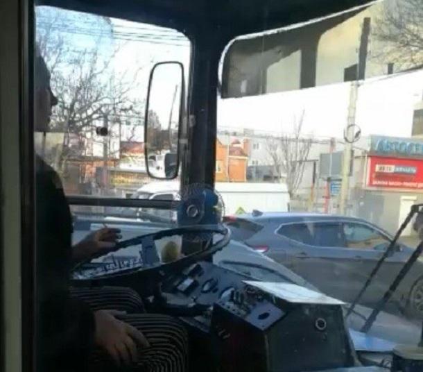В Краснодаре курильщице за рулем 13-го троллейбуса объявили выговор и урезали премию
