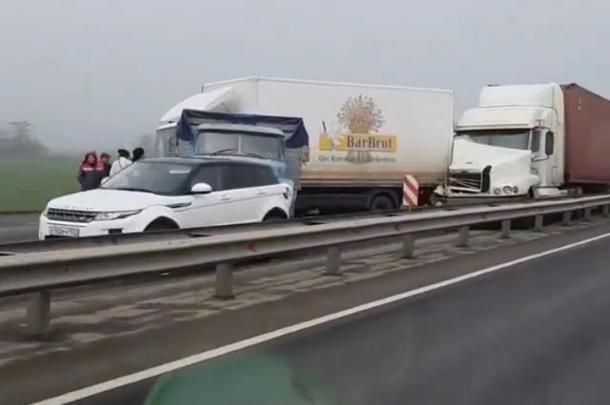 Внедорожник и четыре грузовика столкнулись под Краснодаром