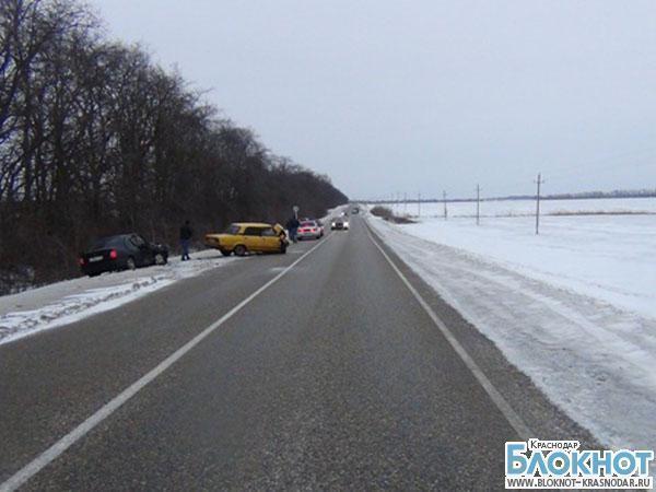 В Усть-Лабинском районе при столкновении автомобилей пострадали двое