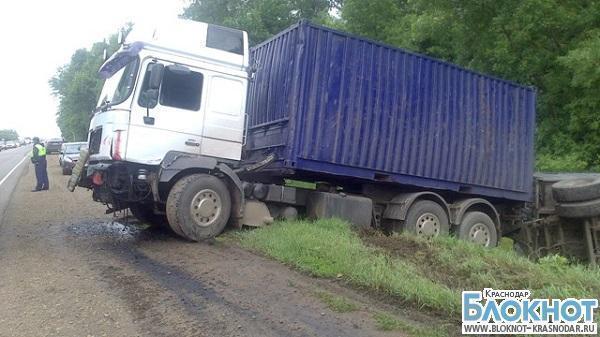 В Тимашевском районе грузовой автомобиль столкнулся с легковушкой