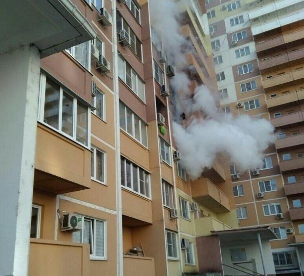 В Краснодаре загорелась квартира на четвертом этаже жилого дома