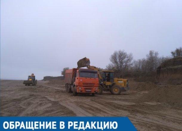 С берега Краснодарского водохранилища вывезли тонны песка, - местный житель