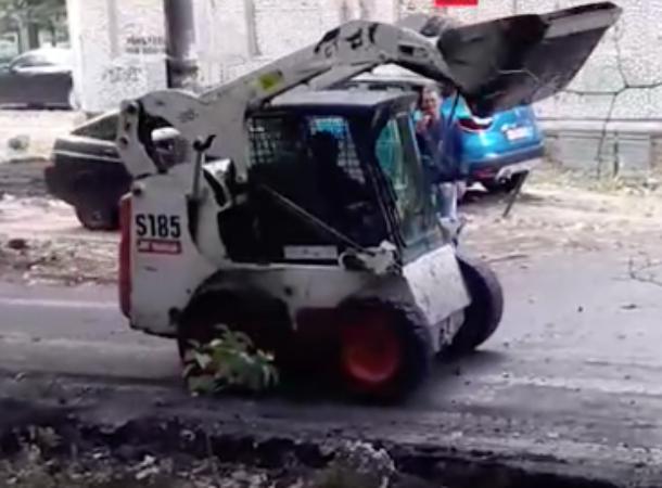 В Краснодаре во время ремонта дорог рабочие устроили танцы на погрузчике